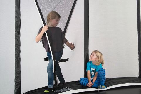 Detalj av trampolinens beskyttelse mot gjennomtråkk