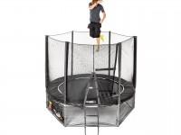 Fly trampolin med skyddsnät, stege och undernät med en person som hoppar