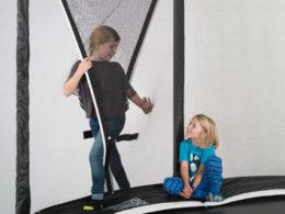 Två barn vid ingången på skyddsnät HD