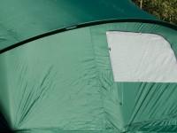 Tält på studsmatta med stängd dörr