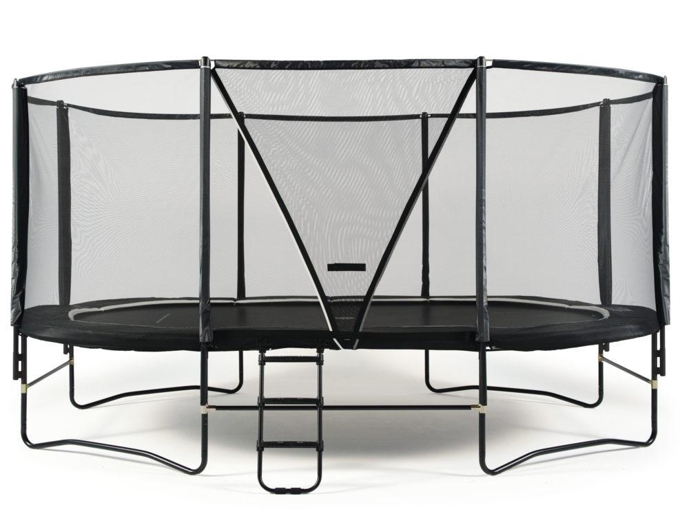 Oval svart studsmatta med skyddsnät och stege