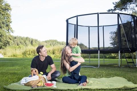 Glad familj framför studsmatta