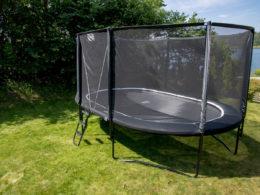 Studsmatta Stellar Oval Large monterad i trädgård